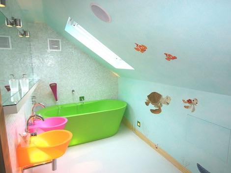 Голубой потолок в ванне