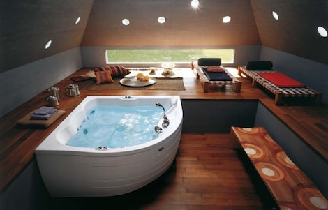 Ванна на деревянном полу