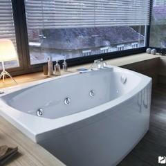 Акриловая ванна радом с окном