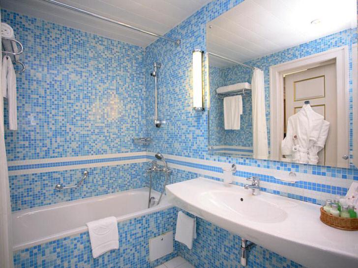 Бело голубая ванная комната фото