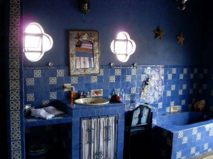 Современная ванна в синем цвете (44 фото)