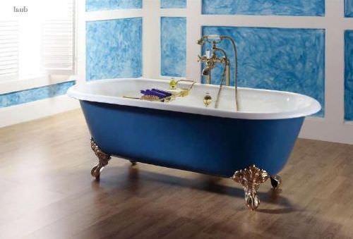 Синяя чугунная ванна