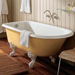 Белая чугунная ванна на деревянно полу