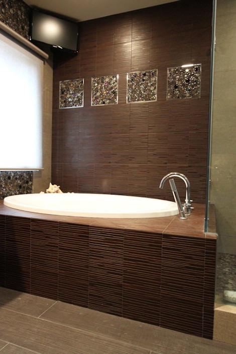 Белая-коричневая ванная комната