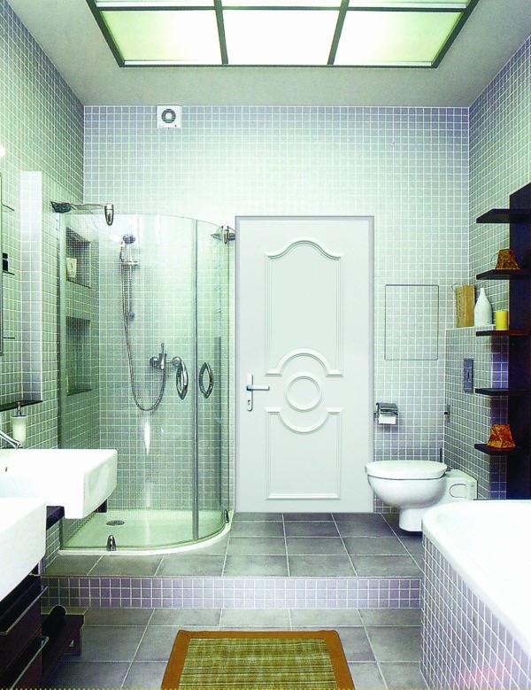 Дереванная дверь в ванной