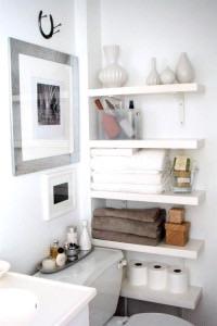 Белая деревянная полка в ванную