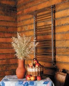 полотенцесушитель с полкой в деревянном доме
