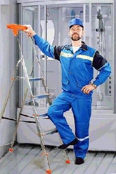 Мужчина ремонтирует душевую кабину