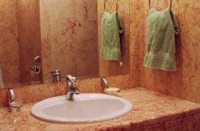 Розовая столешница в ванную