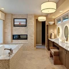 Телевизор в большой ванной