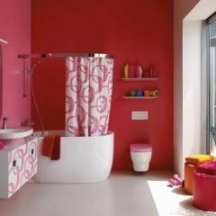 Маленькая ванна в красной комнате