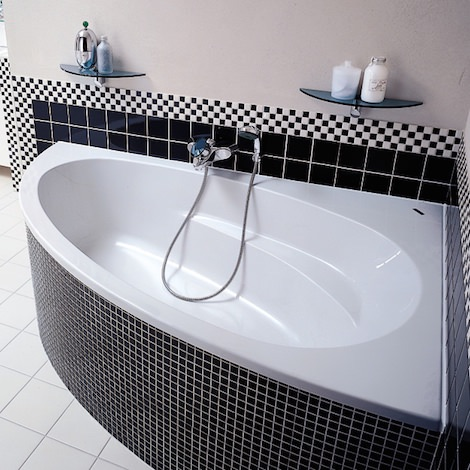 Угловая черно-белая ванна