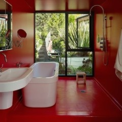 Белая ванная в красной комнате