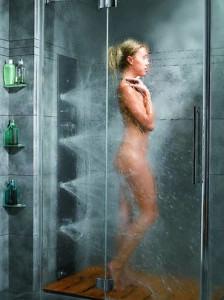 Девушка принимает душ с парогениратором