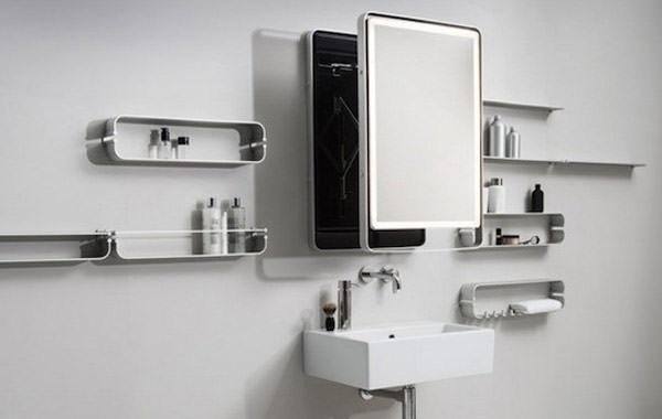 Ванная комната с зеркалом и шкафами