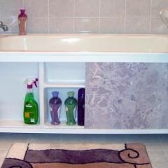 Фиолетовый экран под ванную
