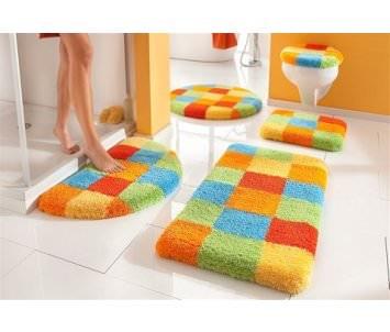 Яркий коврик в ванной