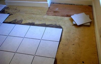 Плитка на деревянном полу