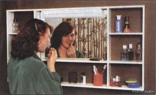 Полка с зеркалом и девушкой