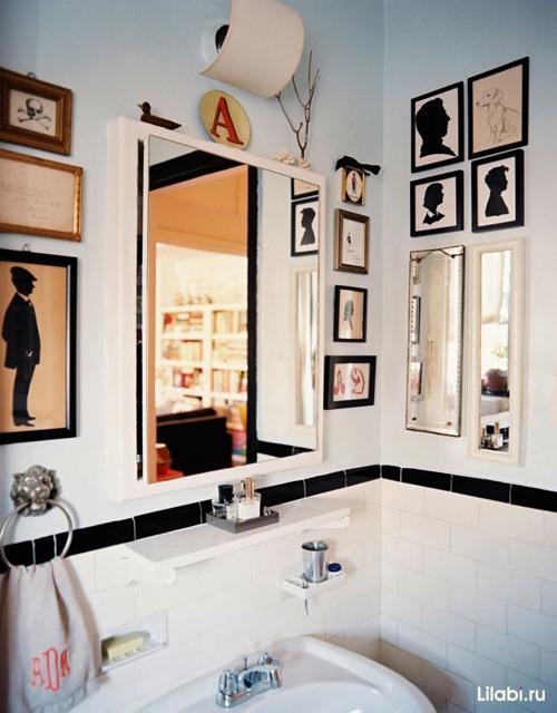 Много картин в ванной