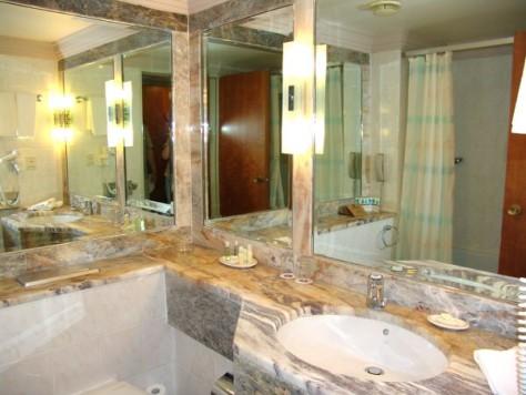 Много зеркал в ванной комнате